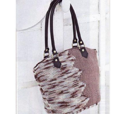 Вязаная двухцветная сумка спицами