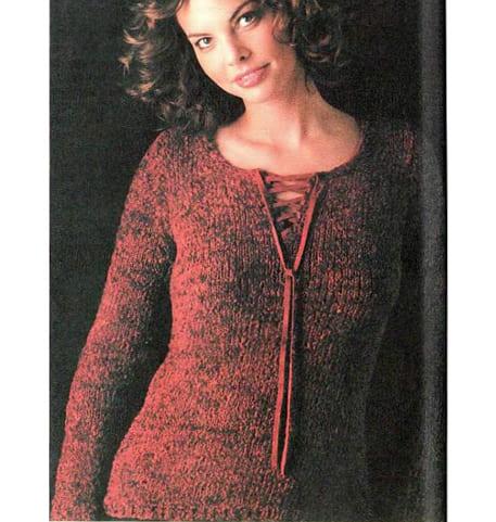 Синельный красный пуловер спицами с клешеными манжетами