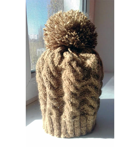 Вязанная шапочка косами с помпоном спицами