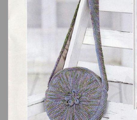 Вязаная круглая меланжевая сумочка спицами