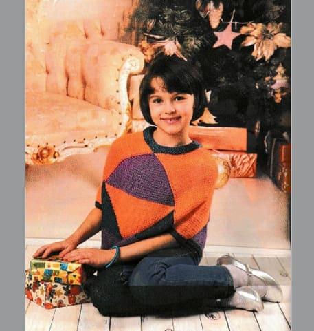 Вязаное двухцветное пончо на ребенка 7 - 8 лет