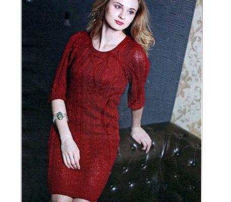 Вязаное спицами зимнее бордовое платье с косами