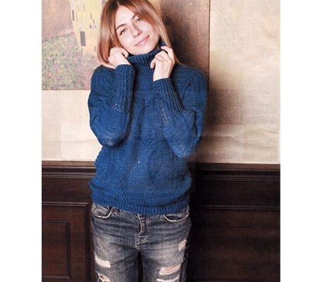 Вязаный синий свитер с рельефным узором крючком