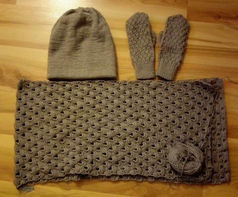 Вязаный комплект спицами: шапка, шарф и варежки. Описание моделей.