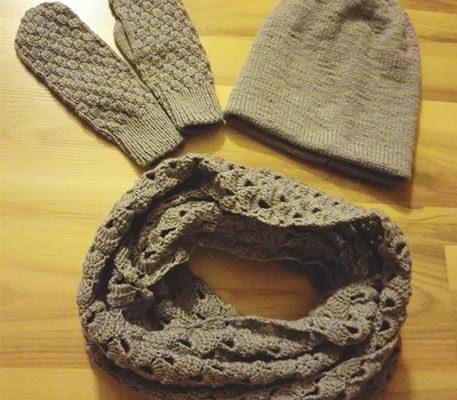 Вязаный комплект спицами и крючком: шапка, шарф и варежки. Описание